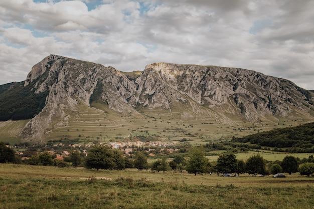 루마니아 piatra secuiului szekelyko 산의 녹색 풍경