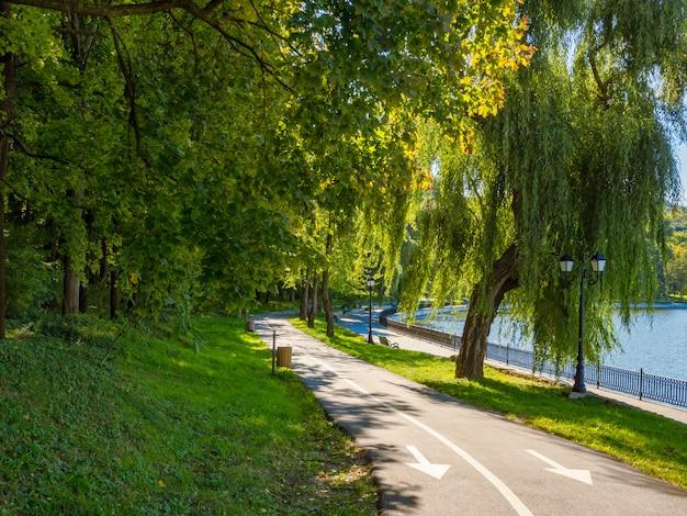 公園のある緑の風景。キシナウのグリーンパーク。モルドバ。