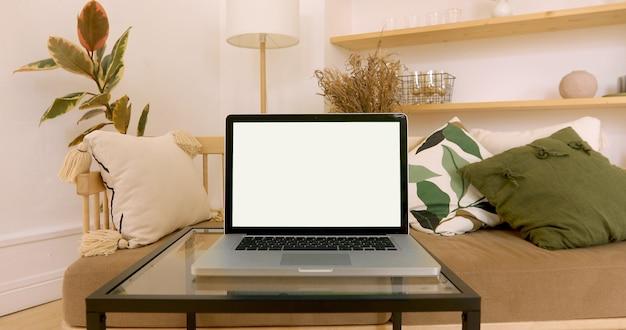 居心地の良いインテリアで緑のノートパソコンの画面