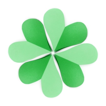 コピースペース付きの白に色紙から手作りのシャムロックの4枚の花びらを持つ緑の葉の自然なパターン