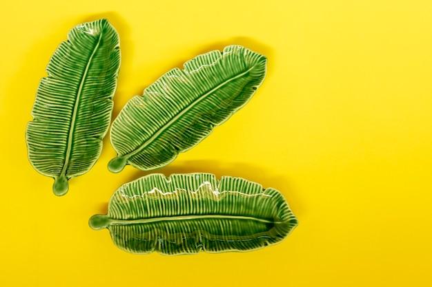 노란색 바탕에 녹색 잎 모양의 도자기
