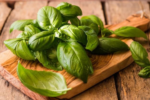 보드에 제노 베제 바질의 녹색 잎
