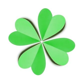 緑の葉は、コピースペースのある白にクローバーの手漉き紙の緑の花びらから創造的です。
