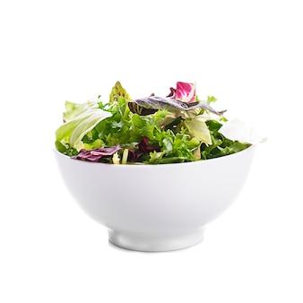흰색에 그릇에 녹색 잎 샐러드