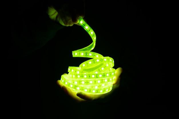 손에 녹색 led 스트립 조명.