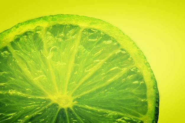 黄色の背景にあるグリーンレモン