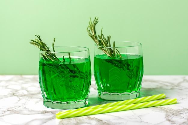 테이블에 유리에 타라곤 식물의 추출물의 녹색 레모네이드