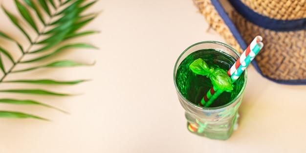 グリーンレモネードタラゴンまたはバジル飲料、さわやかなアイスドリンク