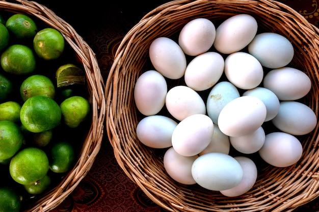 녹색 레몬과 흰 계란