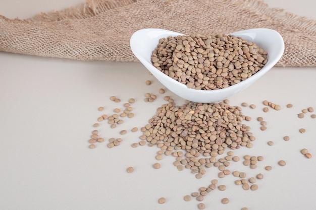 セラミックボウルの緑レンズ豆。