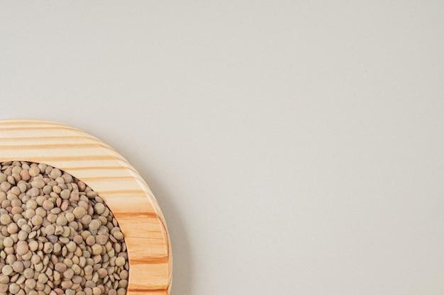 Fagioli di lenticchie verdi isolati su calcestruzzo.