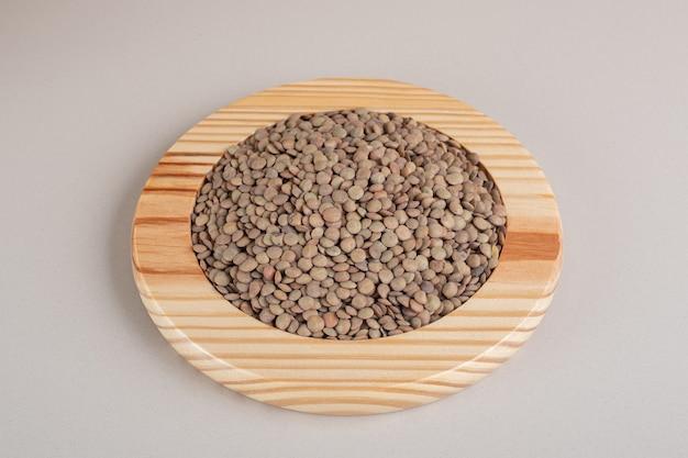 木製の大皿に緑レンズ豆。