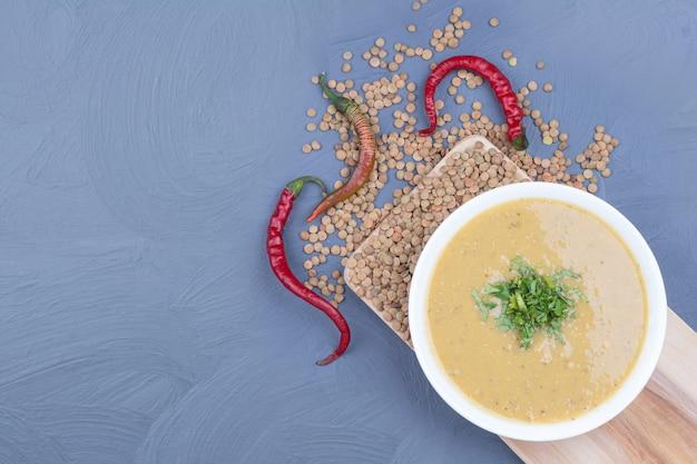 白い皿に緑レンズ豆のスープ。