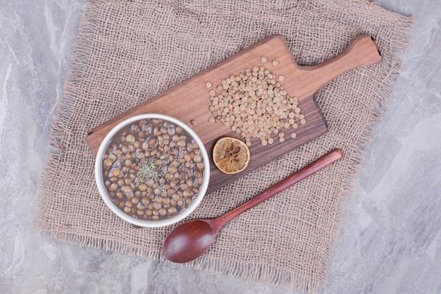 ハーブとスパイスが入ったグリーンレンズ豆のスープ