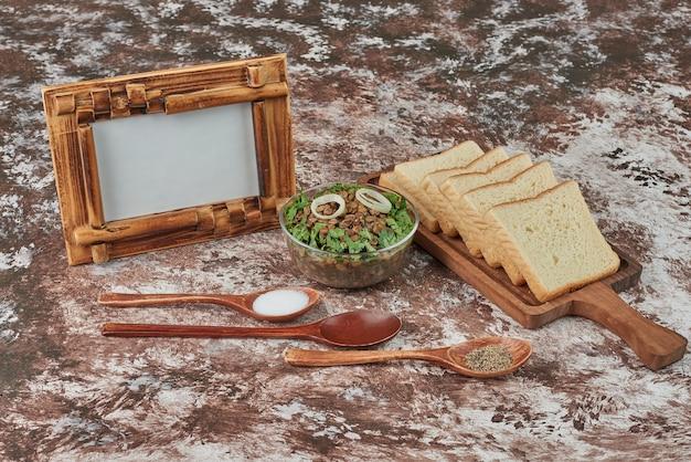 ハーブとスパイスのグリーンレンズ豆のサラダ。