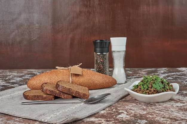 Insalata di lenticchie verdi con erbe e cipolle in una tazza di vetro