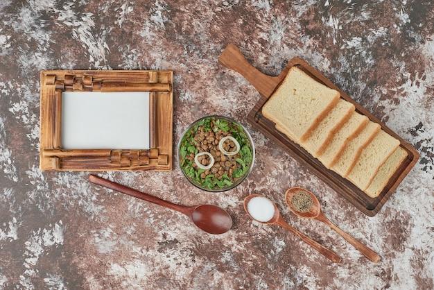 Insalata di lenticchie verdi con erbe e spezie.