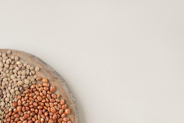 コンクリートの上の緑のレンズ豆と豆。