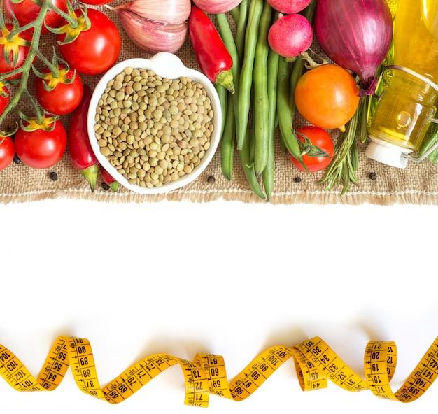 緑のレンズ豆と生野菜の白いトップビューに分離