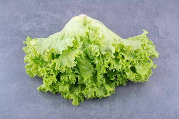 Зеленый салат, изолированные на конкретном фоне.