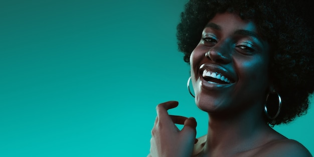 Зеленый свет. красивое лицо молодой женщины с чистой и свежей кожей.