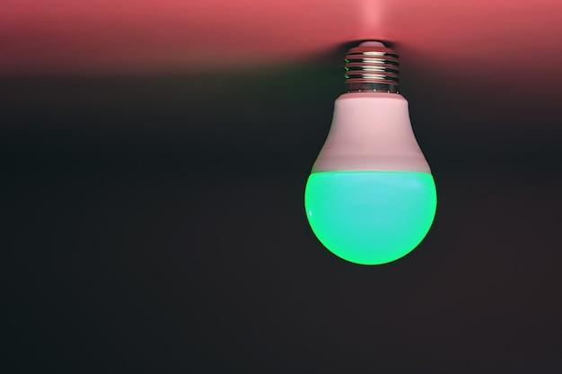 녹색 전구, 현대 에너지 절약, 복사 공간. 최소한의 아이디어 개념.