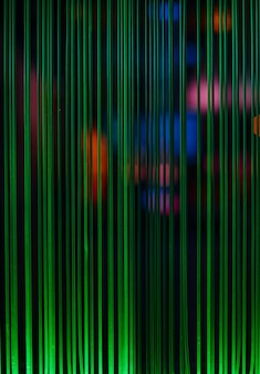 Linee di luce verde e macchie colorate da cavi in fibra ottica, idea di comunicazioni informatiche, messa a fuoco selettiva, sfocatura, sfondo scuro, cornice verticale