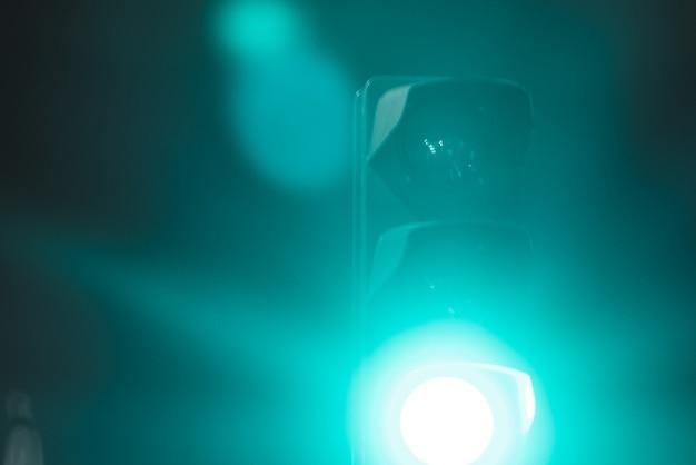 신호등에 녹색 불빛이 가까이