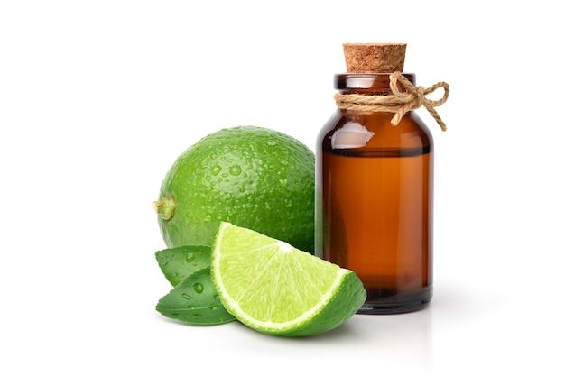 Эфирное масло зеленого лайма с фруктами и ломтиками, изолированные на белом.