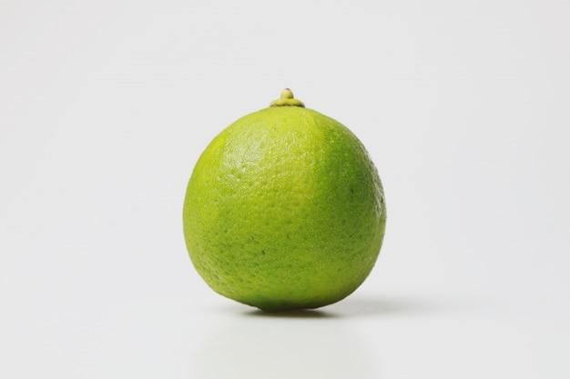 흰색 배경에 녹색 라임 레몬입니다. 요리를 위해 과일 또는 야채를 분리하십시오