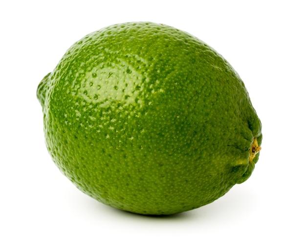 Зеленая липа на белом, крупным планом.