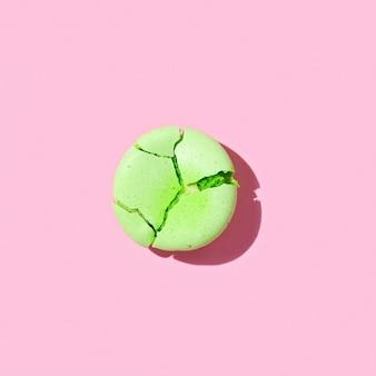 부스러기로 깨진 녹색 마카롱 프리미엄 사진