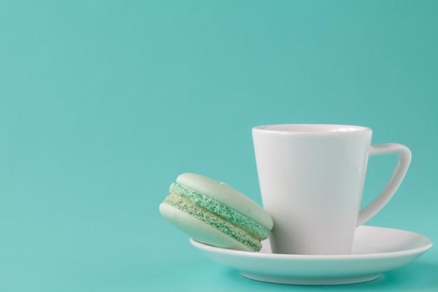 コーヒーカップと緑のマカロン