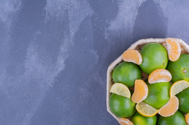 竹かごの中の緑のマンダリンオレンジ