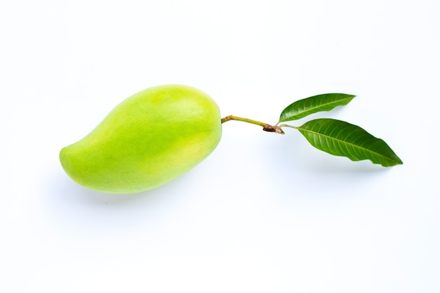Зеленое манго с листьями.