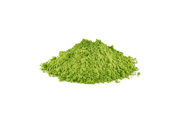 白い背景に分離された緑の抹茶パウダー