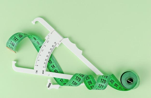 緑の測定テープと白いキャリパー。