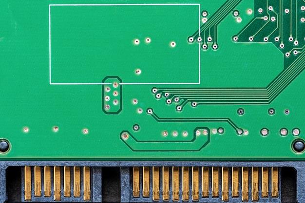 녹색 기계 하드 디스크 회로 기판, 흰색 배경에 로컬 클로즈업