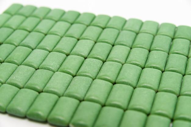 녹색 민트 껌 정제 정렬 흰색 배경에 고립
