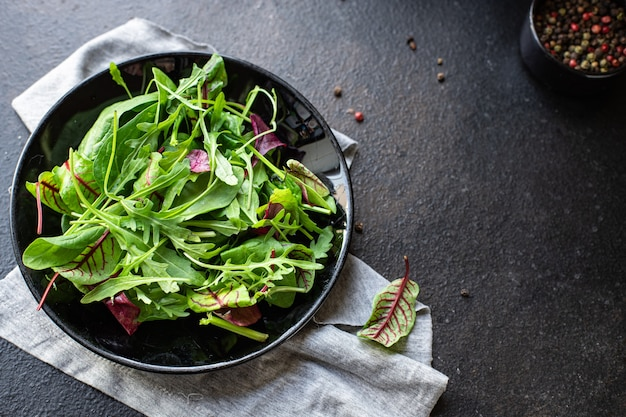 Салат зеленый микс салат, мангольд, листья, руккола, шпинат, айсберг, закуска из салата романо