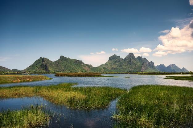 태국 프라추압 키리 칸(prachuap khiri khan province) 국립 공원의 습지와 푸른 하늘에 있는 카오 삼 로이 욧(khao sam roi yot)의 녹색 산맥