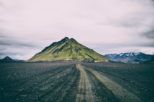 曇り空の下の緑の山