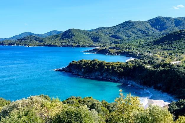 オリンピアダハルキディキギリシャの緑の山々と青い海