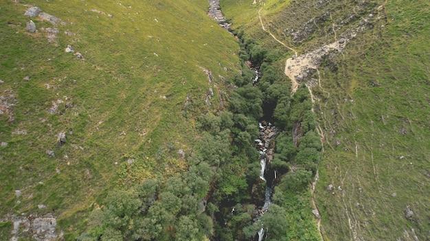 녹색 산 경로 공중. 락 마운트 스트림 강둑.