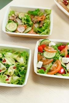 마이크로 그린, 송아지 고기, 오이, 토마토, 치즈가 들어간 에코 써모 박스에 담긴 그린 내추럴 샐러드. 검역 코 비드에서 안전 배송 19.