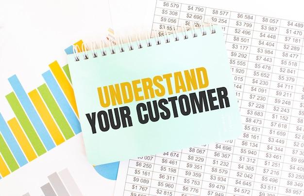 Зеленый блокнот по финансовой документации. текст понимайте своего клиента. бизнес-концепция