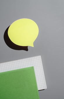 緑のメモ帳と黄色のステッカー