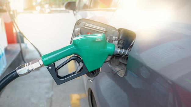 緑のノズルポンプ車のタンクのオイルポンプから給油するためのガンガソリン