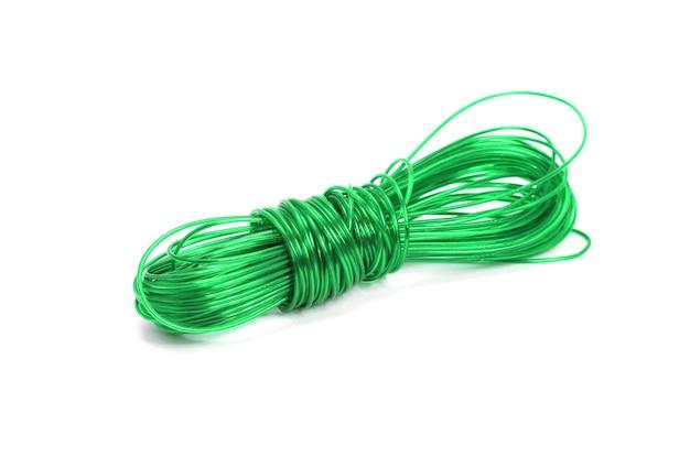 白い背景の上の緑のナイロンロープ