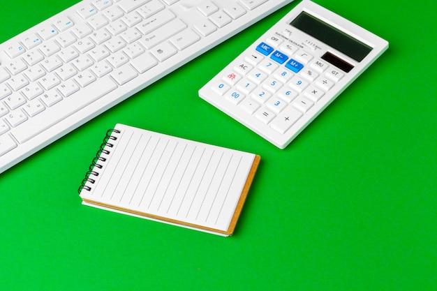 白い文房具、コピースペースと緑のオフィスデスク